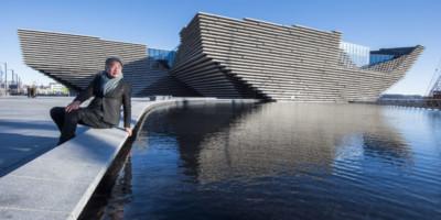 Architect Kengo Kuma bij zijn vlaggeschip Design Museum V&A in Dundee