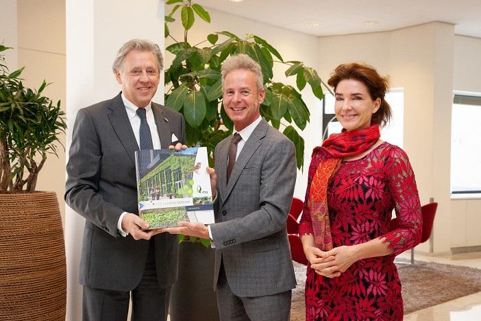 Op de foto van links naar rechts: Ed Nijpels (voorzitter Klimaatberaad), Egbert Roozen (directeur Branchevereniging VHG), Kim van der Leest (auteur handleiding Het Levende Gebouw)